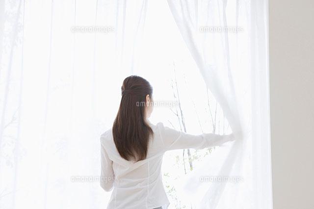 カーテンを開ける女性[11004072552]  寫真素材・ストックフォト・畫像・イラスト素材 アマナイメージズ