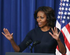 """La Casa Blanca intenta mantener en secreto los detalles de la fiesta de 50 cumpleaños de Michelle Obama para no chafarle sorpresas a la primera dama. Pero ya ha confirmado que será especial. """"Puedo asegurar una cosa: la gente se moverá"""", dijo a AP Valerie Jarrett, consejera presidencial y protectora de la pareja en sus inicios políticos en Chicago.  La protagonista del día, cuyo aniversario es hoy viernes, ya anunció que su celebración no sería convencional. """"Puede que incluya baile. Un poco de 'dougie'"""", le explicó la primera dama a una niña de 16 años que le preguntó por sus planes de cumpleaños durante una visita a un hospital infantil. Michelle bromeó entonces con que tendría 50 y se sentiría """"fabulosa""""."""