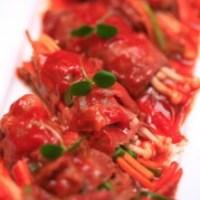 Cách làm Bò cuộn nấm xốt cà chua