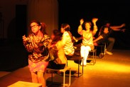 """La oficina en """"La incontenible vida del respetable señor Ta Kah Brown"""". Dir. Colectivo Posibilista, en el Espacio C' de CADAC (Mariana Desireé, Adriana Cacho, Anahí Medrano, Silvia Moguel, Fernanda Villegas y Alonso Arrieta) 2010."""