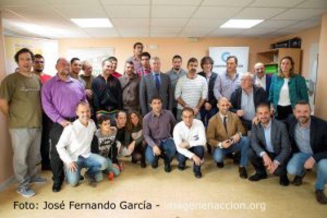 El alcalde de San Sebastian de los Reyes junto con empleados de Ferrovial y Cadena de valor en la entrega de diplomas a alumnos de APADIS