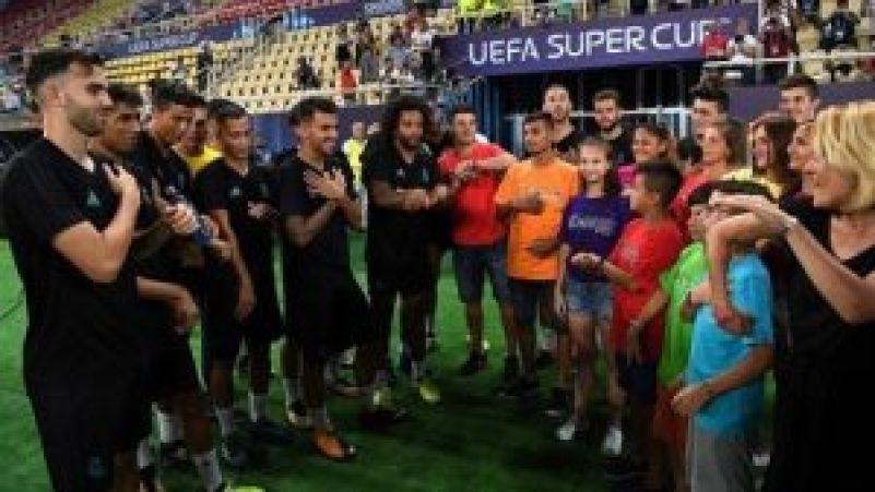 Jugadores del Real Madrid y Manchester hicieron realidad el sueño de un grupo de niños de Skopje con discapacidad auditiva