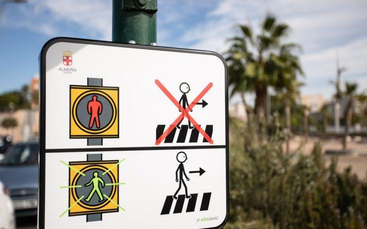 Almería instala los primeros semáforos con pictogramas para niños con autismo