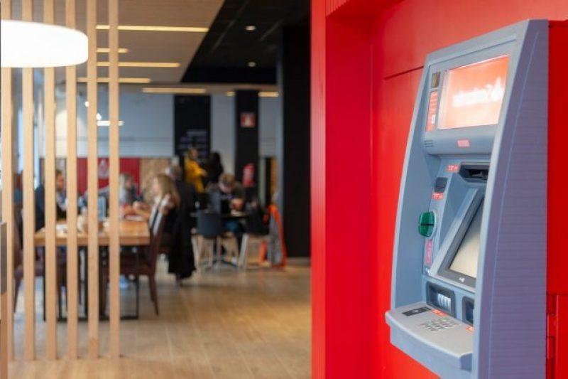 Banco Santander impulsa la inclusión financiera de las personas con ceguera