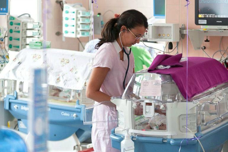 Enfermera atendiendo a un paciente