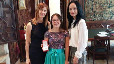 Sara Marin con su madre Maria José y su entrenadora Titi el día en el que recibió la distinción de la Generalitat