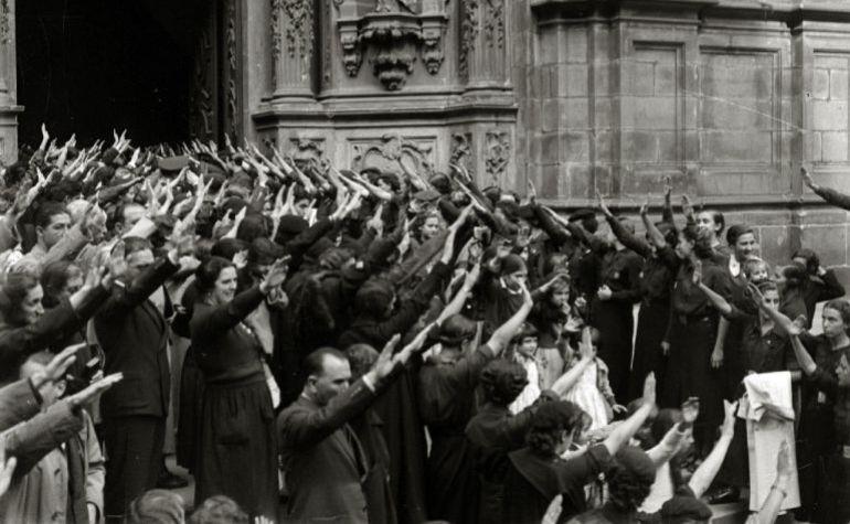 Fotografía tomada por Pascual Marín en 1937 en la que se puede observar a varias personas haciendo el saludo fascista ante la llegada de alguna autoridad franquista a la Basílica de Santa María de San Sebastián.