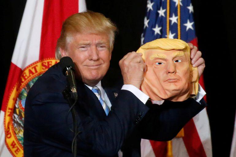 Donald Trump posa con una máscara de sí mismo durante un mitin  Sarasota, Florida