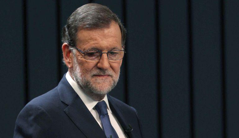 El presidente del Gobierno en funciones y del PP, Mariano Rajoy, en el plató momentos antes de iniciar el único debate a cuatro de la campaña