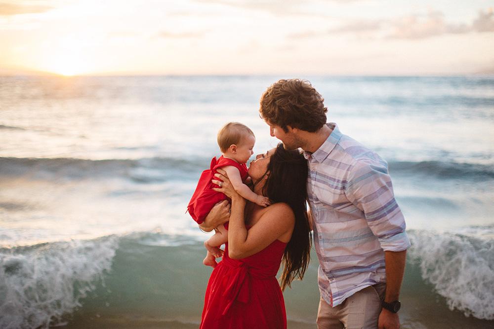 maui portrait photographer cadence, photographs a family at Kapalua Bay