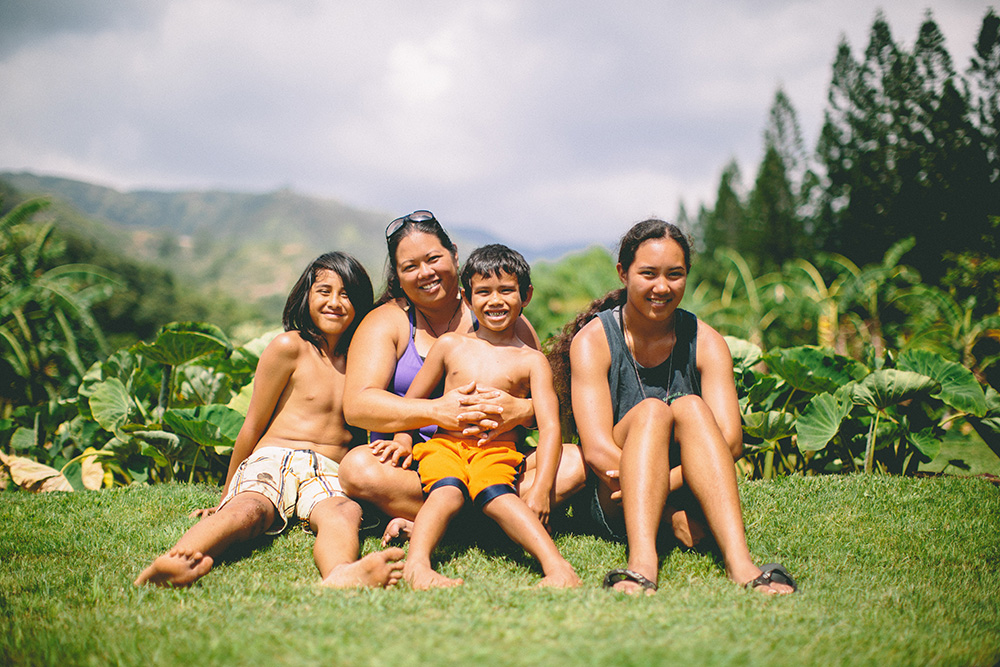 maui family photographer captures Kehau and her family at their taro patches