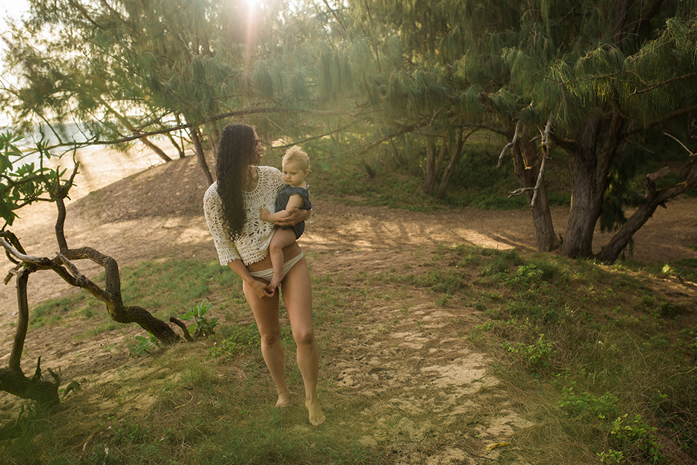 maui's best family photographer takes photos at baby beach in paia.