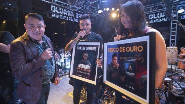 Felipe Araújo recebe discos de Ouro e Diamante na volta aos palcos –  Caderno Pop