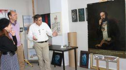 Monte Mures contempla el cuadro 'Retrato al óleo de D. Adolfo de Castro y Rossi'