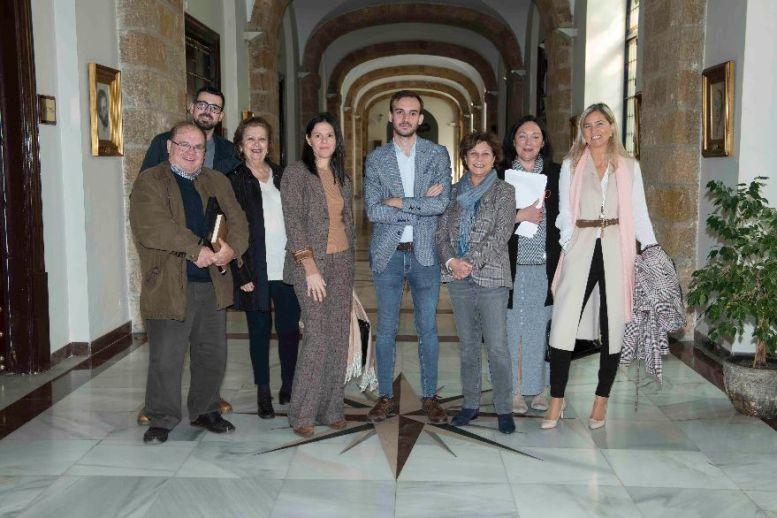 Daniel Moreno, en el centro, con representantes de asociaciones de consumidores