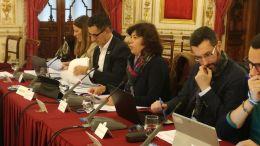 Carmen Álvarez (centro), en un pleno reciente