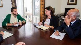Mario Fernández con representantes del colegio de arquitectos en una imagen de archivo