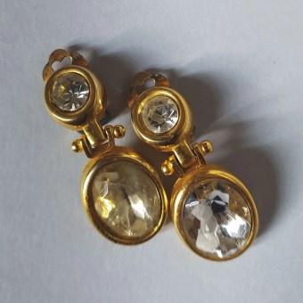 orecchini pendenti con cristallo su fondo neutro