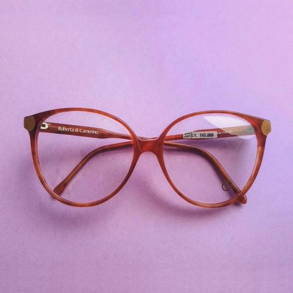 occhiali Roberta di Camerino su sfondo viola, vista frontale