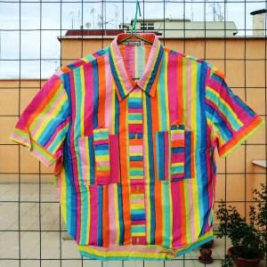 camicia multicolore anni '60 con sfondo di palazzi