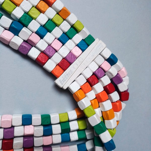 dettaglio di cintura multicolore Billlabong su sfondo grigio