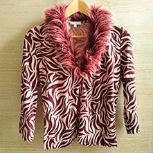 maglia animalier con collo in ecopelliccia
