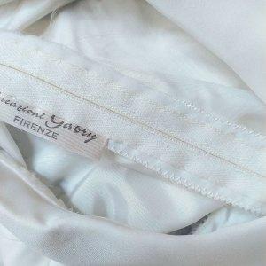 dettaglio di cucitura artigianale su vestito anni '60