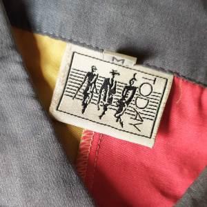 dettaglio di etichetta su camicia vintage anni '80