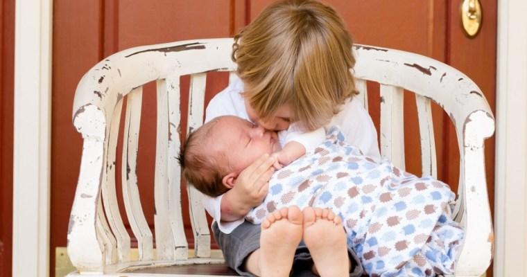 """Copiii nu trebuie """"să-și crească"""" frații și surorile mai mici"""