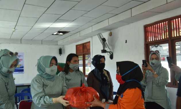 Kabupaten Sidrap Salurkan Air Mineral Bantuan Untuk Warga Terdampak Banjir di 3 Lokasi