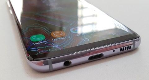 Detalhes do design do Galaxy S8. Bordas em metal e tela curva que passa a sensação de tela infinita. Na parte de baixo, da esquerda para a direita: conector P2 para fone de ouvido, conector USB-C e alto-falante.
