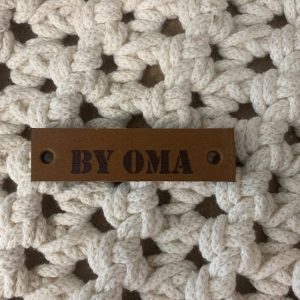 Lederen label By oma