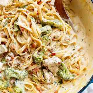 Skinny ONE POT Chicken Bacon Fettuccine Alfredo with NO HEAVY CREAM, butter or flour! Only one pot to wash up, with the pasta being cooked right IN the pot!   http://cafedelites.com