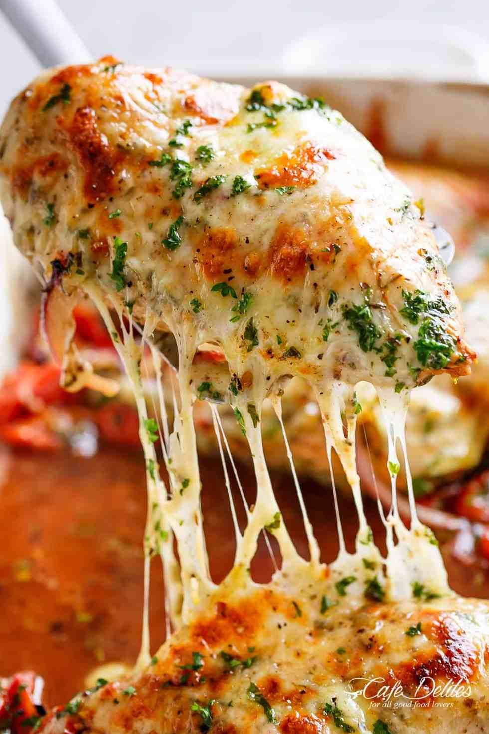 Balsamico Gebackene Hähnchenbrust gerieben mit Knoblauch und Kräutern, tropfend mit einer Tomaten Balsamico Sauce und geschmolzenem Mozzarella Käse! | https://cafedelites.com