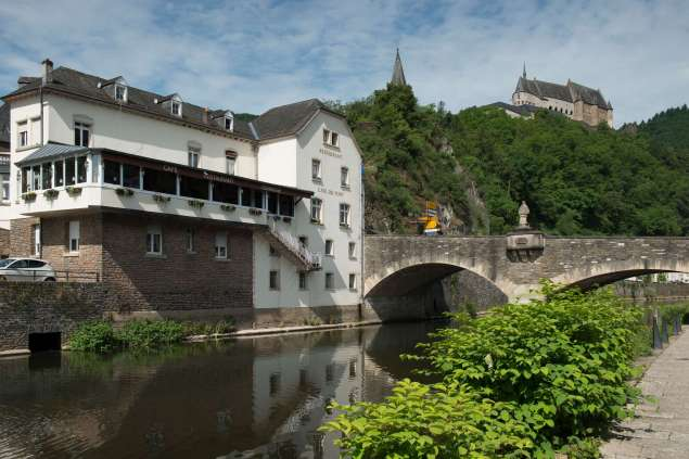 Illustratie: foto van Vianden op haar best met de brug, de berg, het kasteel en bar - restaurant Café Du Pont.