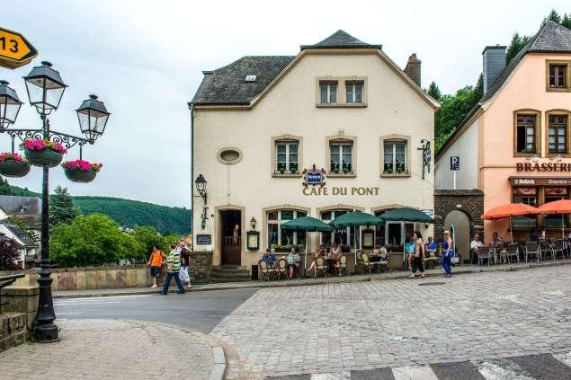 Illustratie: foto van de voorgevel van bar - restaurant Café Du Pont in Vianden.
