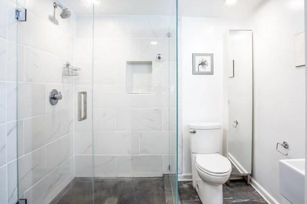 Nhà tắm và khu vệ sinh được đặt cùng một không gian nhưng lại được phân định rõ ràng nhờ hệ cửa kính trượt trong suốt.