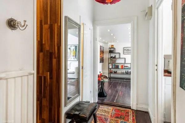 Không gian nấu nướng, nhà tắm và vệ sinh được bố trí ở căn phòng riêng biệt kín đáo ngay sau cánh cửa nơi góc thư giãn.