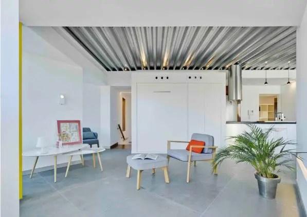 Trong căn hộ nhỏ này hầu hết các đồ nội thất đều được thiết kế vô cùng đơn giản, gọn nhẹ với chân cao tạo độ thông thoáng.