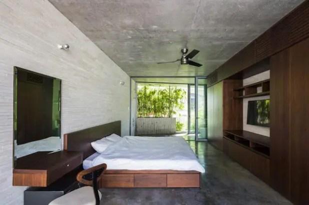 Thay vì sử dụng những bức tường để tạo không gian riêng tư cũng như phân vùng chức năng thì ngôi nhà này lại thiết kế hoàn toàn mở trên tất cả các tầng tạo sự thông thoáng cho phép nắng, gió tự nhiên tràn ngập khắp căn nhà.