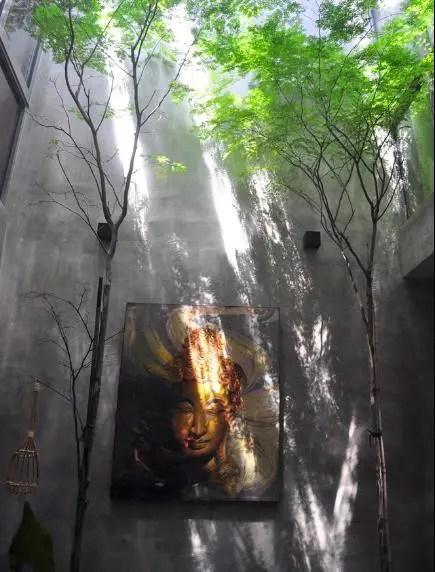 Bức trang trang trí được treo ngay khu vực giếng trời.