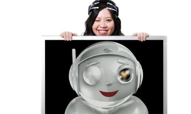 Tan Le đeo EPOC và tạo ra nhân vật robot hoạt hình phản ánh trung thực biểu cảm của cô.