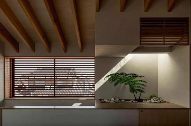 Không gian nơi đây còn được tô điểm bằng một chậu cây xanh vô cùng đáng yêu và rất nhiều cửa sổ mang ánh sáng thiên nhiên tràn ngập ngôi nhà.