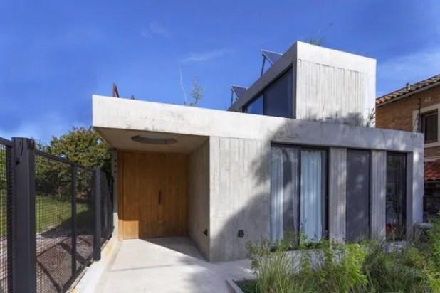 Không chỉ gần gũi thiên nhiên, trên mái ngôi nhà còn được trang bị hệ thống pin năng lượng mặt trời cung cấp điện cho hệ thống đun nước nóng, thông gió và điều hòa không khí cho toàn bộ không nhà.