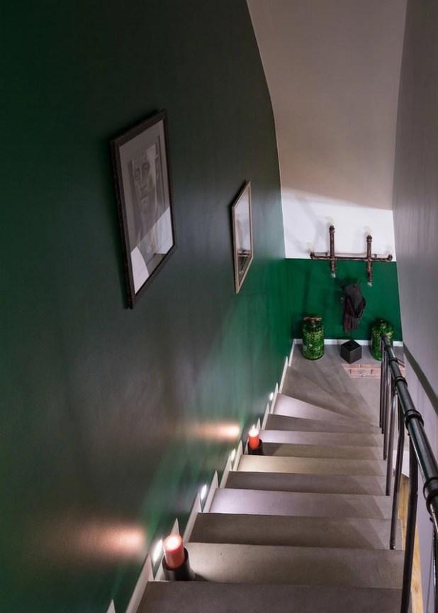Lối lên tầng được thiết kế đơn giản và trang trí bằng tranh treo tường .