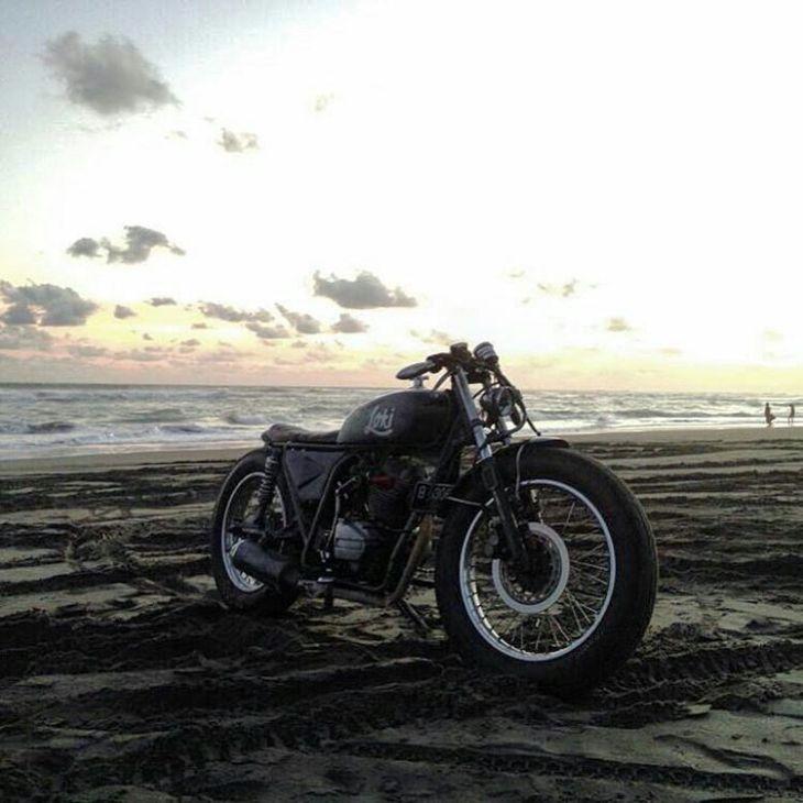 By @bima_agni -  #Sunset diruang rindu ⛅️ . #caferacer #caferacers #caferacersofinstagram #caferacersculture #caferacerbuilds #vintage #vintagestyle #vintagefashion #motocycle #moto #motos #motorcycles #oldstyle #oldschool #bratstyle #motorbike #motor #helmet
