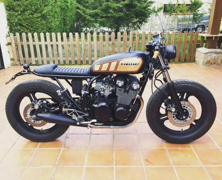 By @nomadecycles - La vida no esta hecha para seguir a la masa! @dave_designs . #Kawasaki #caferacer #caferacers #caferacerstyle #caferacersculture #caferacerbuilds #vintage #vintagestyle #vintagefashion #motocycle #moto #motos #motorcycles #oldstyle #oldschool #bratstyle #motorbike #motor #helmet