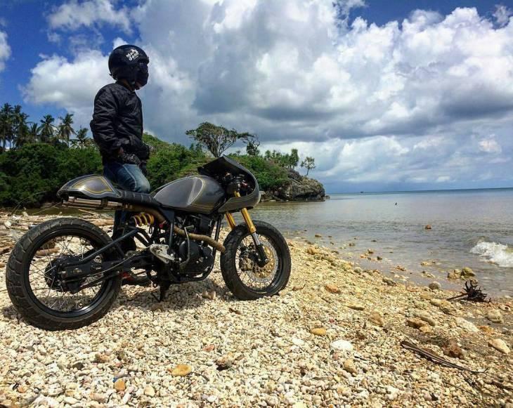 By @tauhid_afdlal . #caferacer #caferacers #caferacerstyle #caferacersculture #caferacerbuilds #vintage #vintagestyle #vintagefashion #motocycle #moto #motos #motorcycles #oldstyle #oldschool #bratstyle #motorbike #motor #helmet