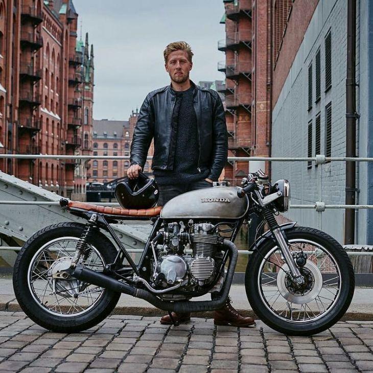 By @raketentreibstoff -  Hamburg Love .  #hamburg #vintagemotorcycle #hondafour #cb500 #cb550  #caferacer #caferacers #caferacerstyle #caferacersculture #caferacerbuilds #vintage #vintagestyle #vintagefashion #motocycle #moto #motos #motorcycles #oldstyle #oldschool #bratstyle #motorbike #motor #helmet