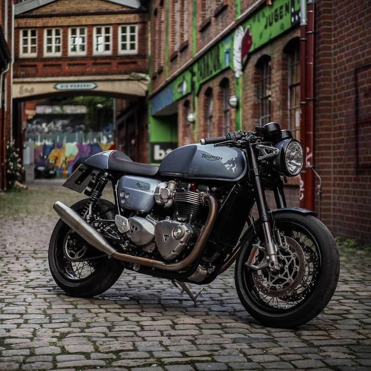 By @classicbike_raisch The beauty of a nobel bike between old industrial walls